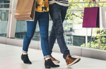 casal passeando com compras - adesivo para vitrine